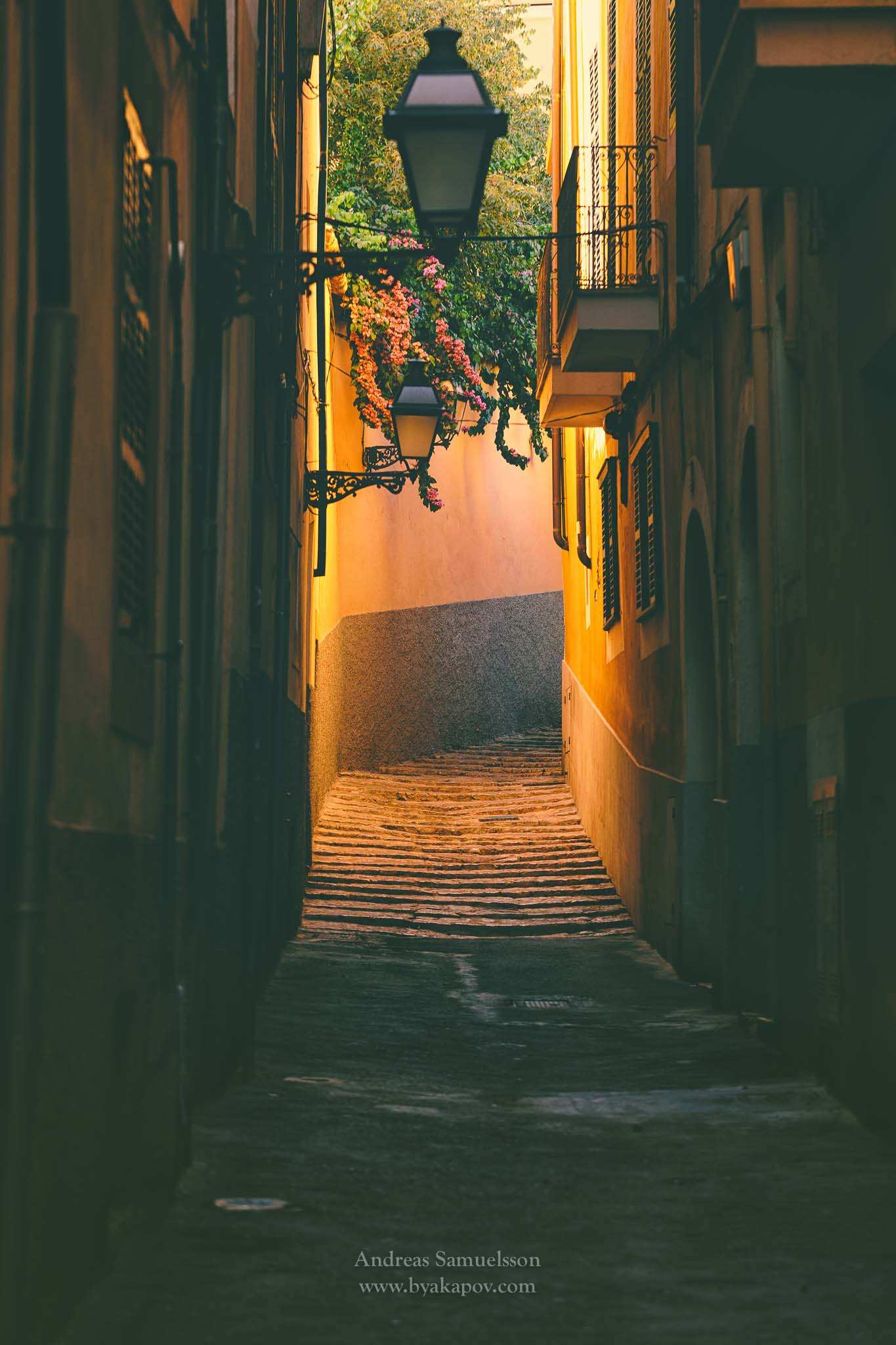 alley-yellow-mallorca-beautiful